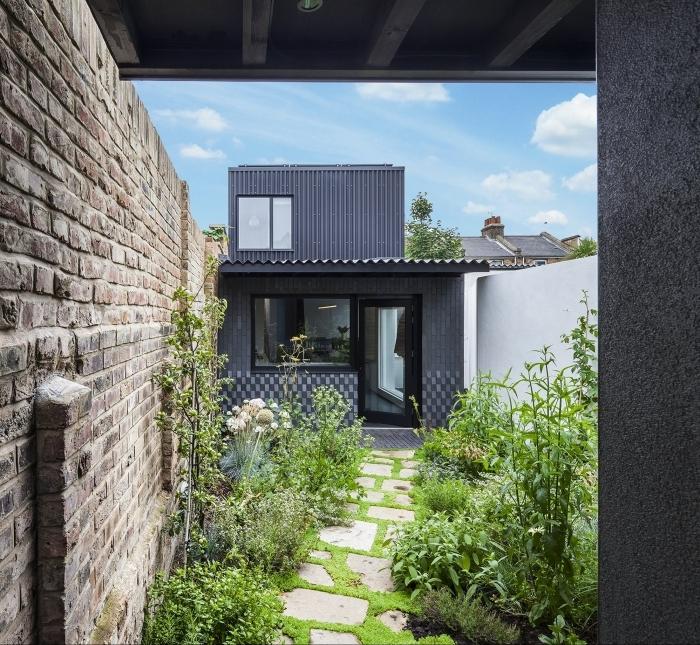 façade maison gris anthracite deco petit jardin haies clotures briques fleurs sentier dalles