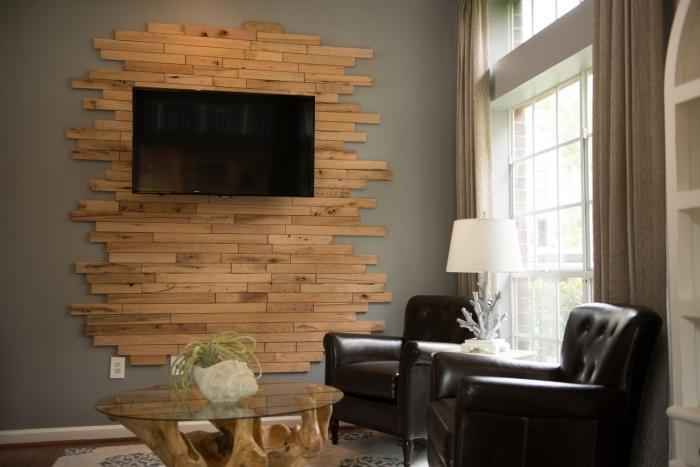 fabriquer panneau mural pour tv avec planches bois tv mur fauteuim club cuir marron lampe sur pied