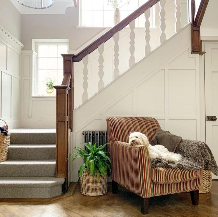 fauteuil motifs rayures meuble sous escalier blanc et bois revetement parquet peinture gris clair