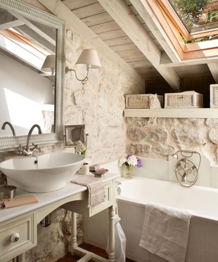 fenêtre plafond décoration salle de bain pierre et bois sous pente baignoire revetement mur pierre