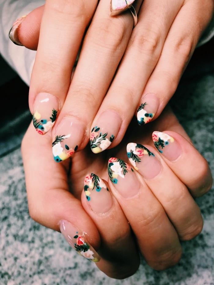 french manucure couleur de base transparente dessin fleurs rose et feuilles vertes sur pointes ongles