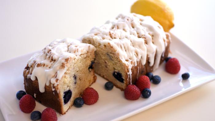 gâteau faicle a faire avec des fruits et glaçage de chocolat blanc
