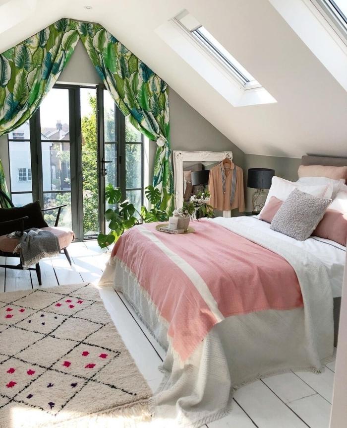 grenier aménagé rideaux motifs feuilles peinture murale gris fenetre de toit tapis beige motifs dots roses