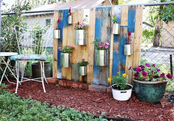 grillage et planches de bois recyclées et repeintes de bleu pots de fleurs recyclées deco jardin recup.jfif