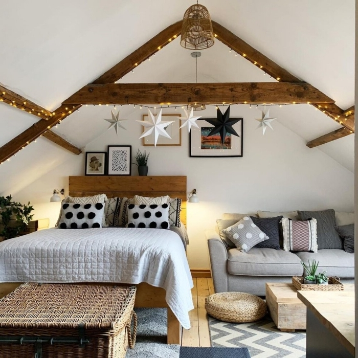 guirlande lumineuse coussins décoratifs canapé gris tête de lit bois chambre sous pente