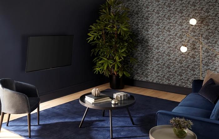 habillage du mur derrière tv en peinture sombre tendance mur bleu foncé papier peint gris