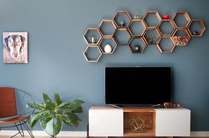habillage du mur derrière tv en peinture tendance couleur bleu rangement mural étagères hexagonales