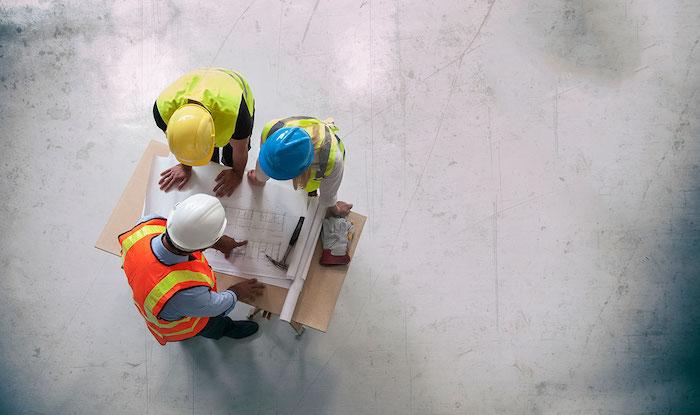 hommes qui regarde un plan de travail architecte