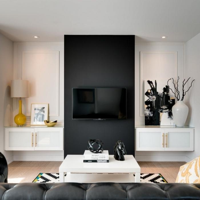 idée cache cable tv mural pan de mur peinture noire lampe blanc et jaune tapis blanc et noir
