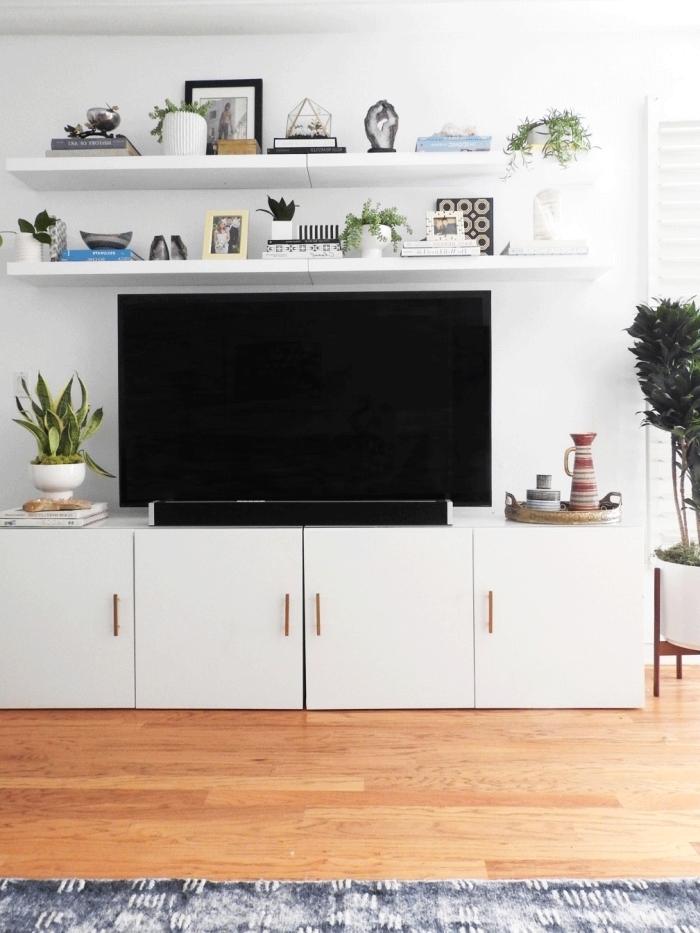 idée de deco au dessus tv avec étagères blanches meuble tv armoires blanches poignées rose gold
