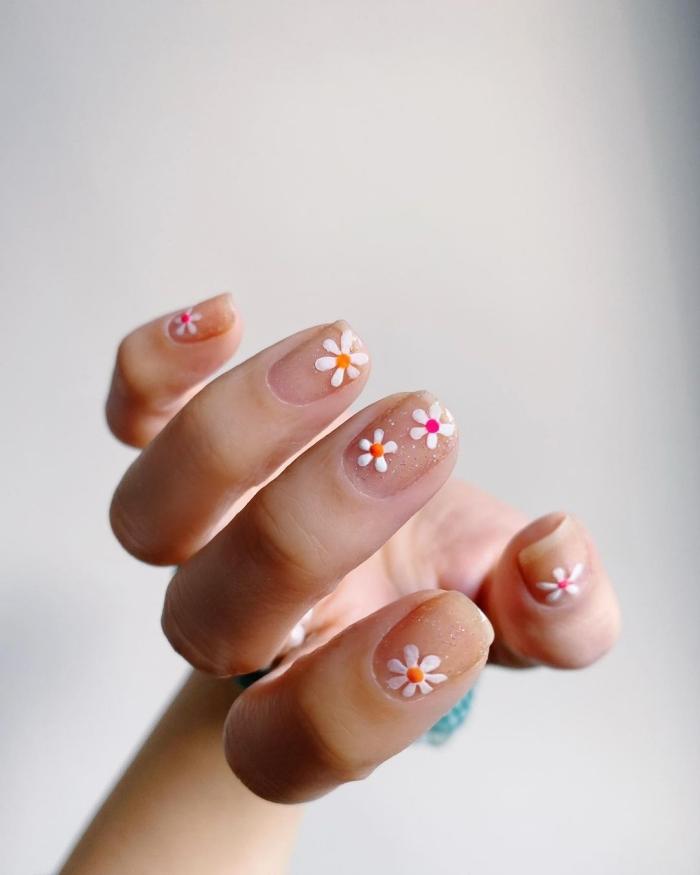 idée de manucure facile a faire ongle fleur printemps vernis base transparent dessin marguerite facile