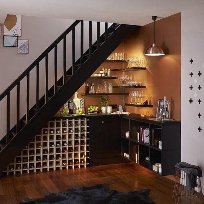idée de mur d angle couleur marron meuble bas noir range bouteille de vin en bois dessous escalier noir