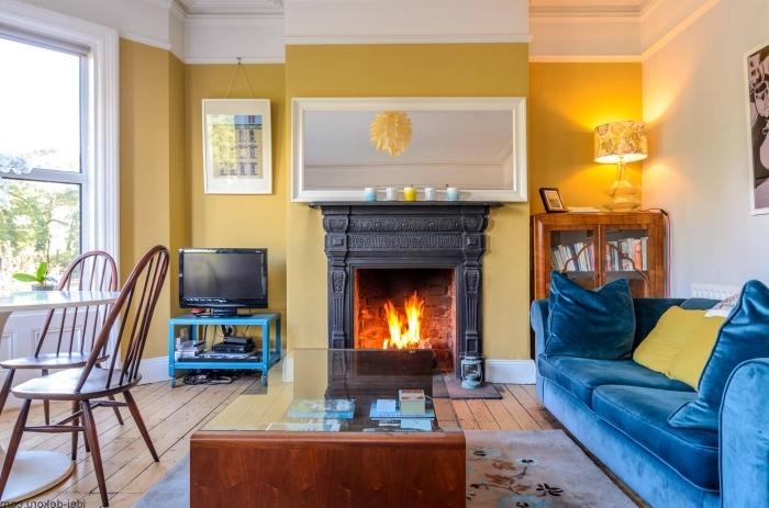 idée de peinture tendance couleur jaune cheminée peinture jaune canapé bleu chaises bois table blanche