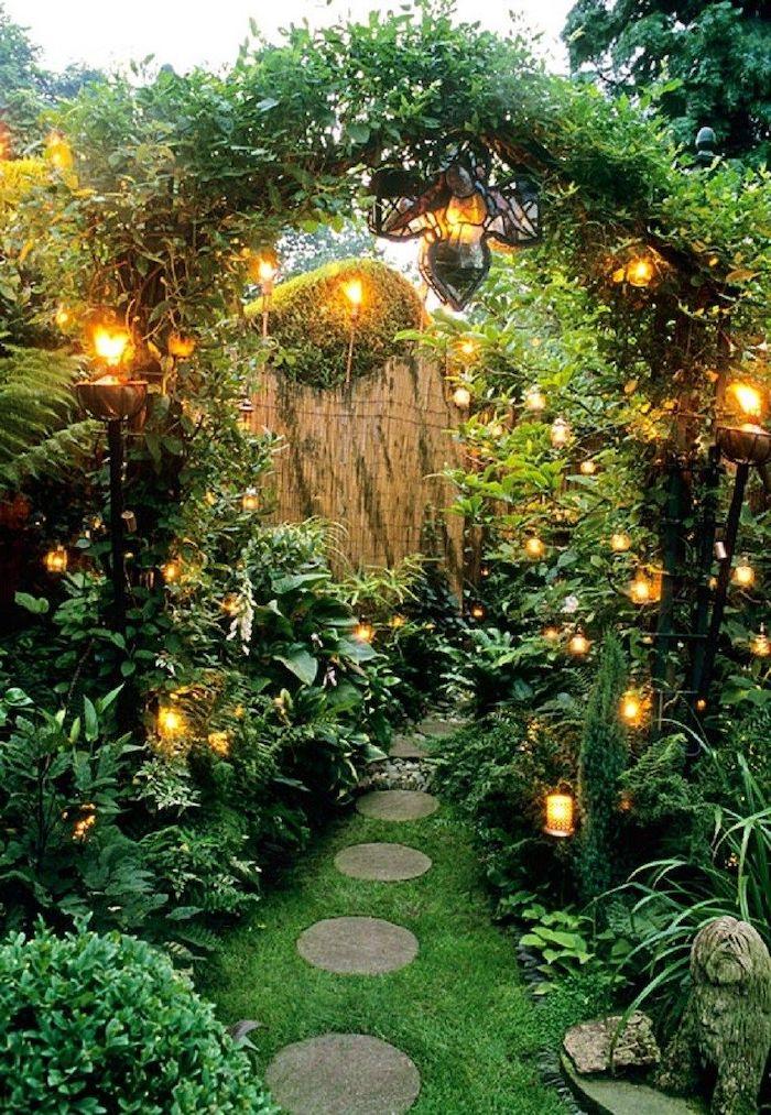 idée bordure jardin recup abondance de verdure et des lampes