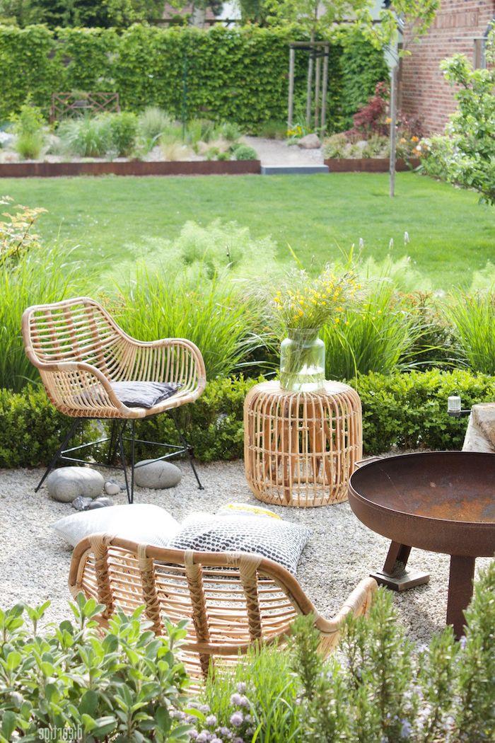 idée d aménagement du jardin avec des maubles en rotin et une table industriel en metal