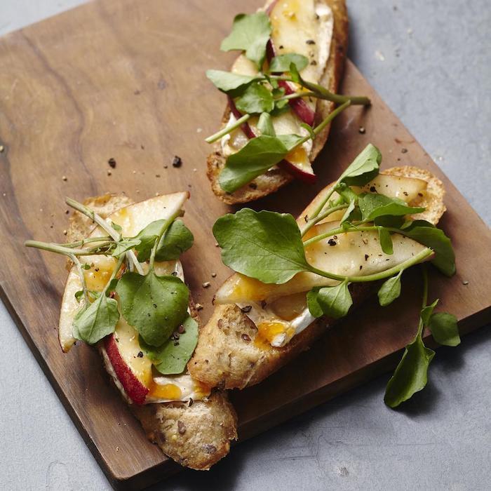 idée de dégustation amuse bouches avec camembert pomme et mache sur plateau en bois