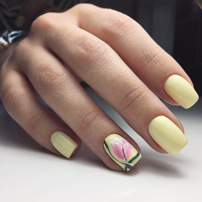 idée deco ongle d un dessin de tulipe et base en couleur jaune pastel