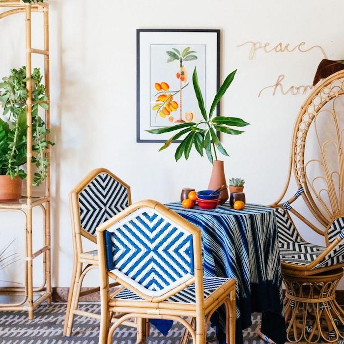 idéee de décorer des chaises en rotin dans une pièce avec tableau accrochée au mur