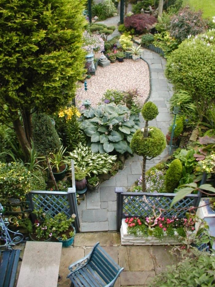 idee amenagement jardin meubles extérieur fer forgé cloture jardin galets blancs haies plantes