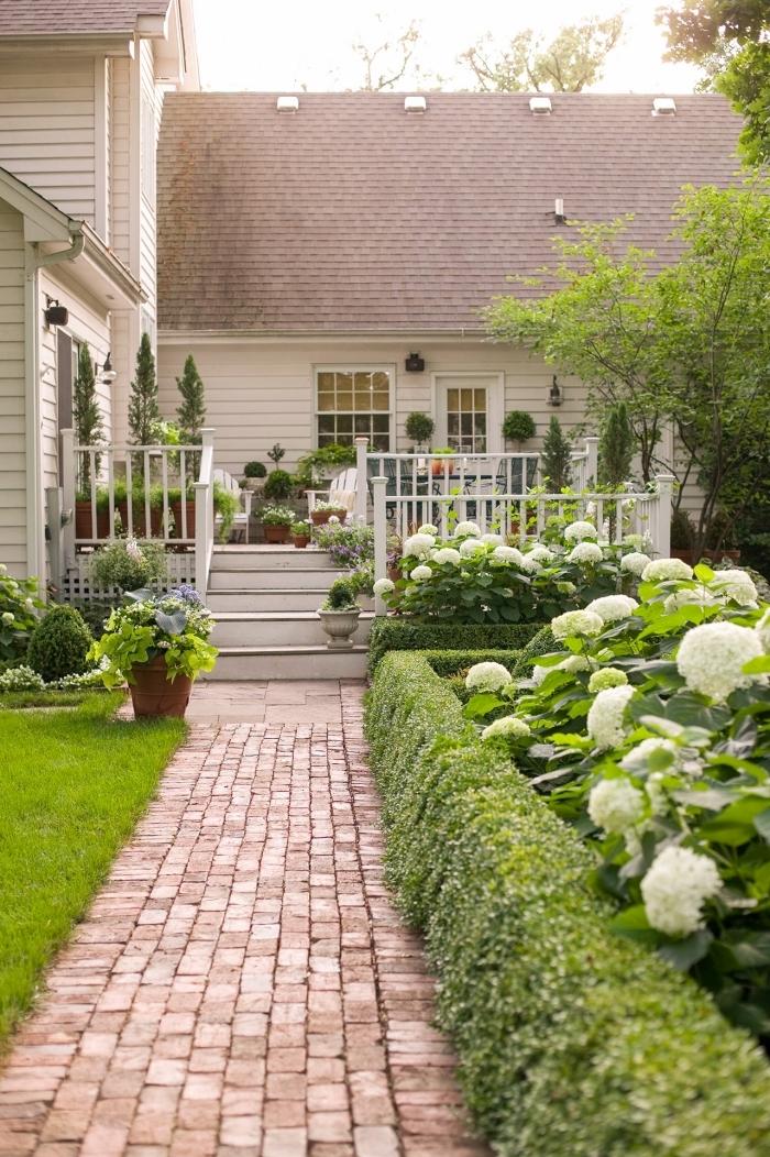 idee amenagement petit jardin devant maison sentier chemin pavage haies fleuries gazon vert