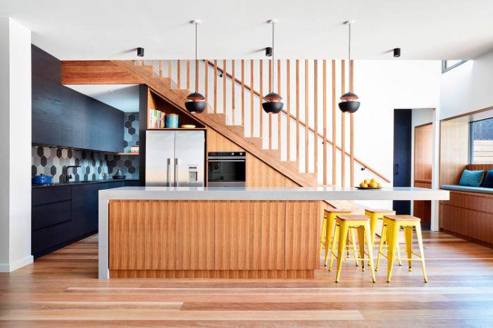 idee deco cuisine noir et bois sous escalier frigo ilot central bois et blanc tabourets janes suspensions originales