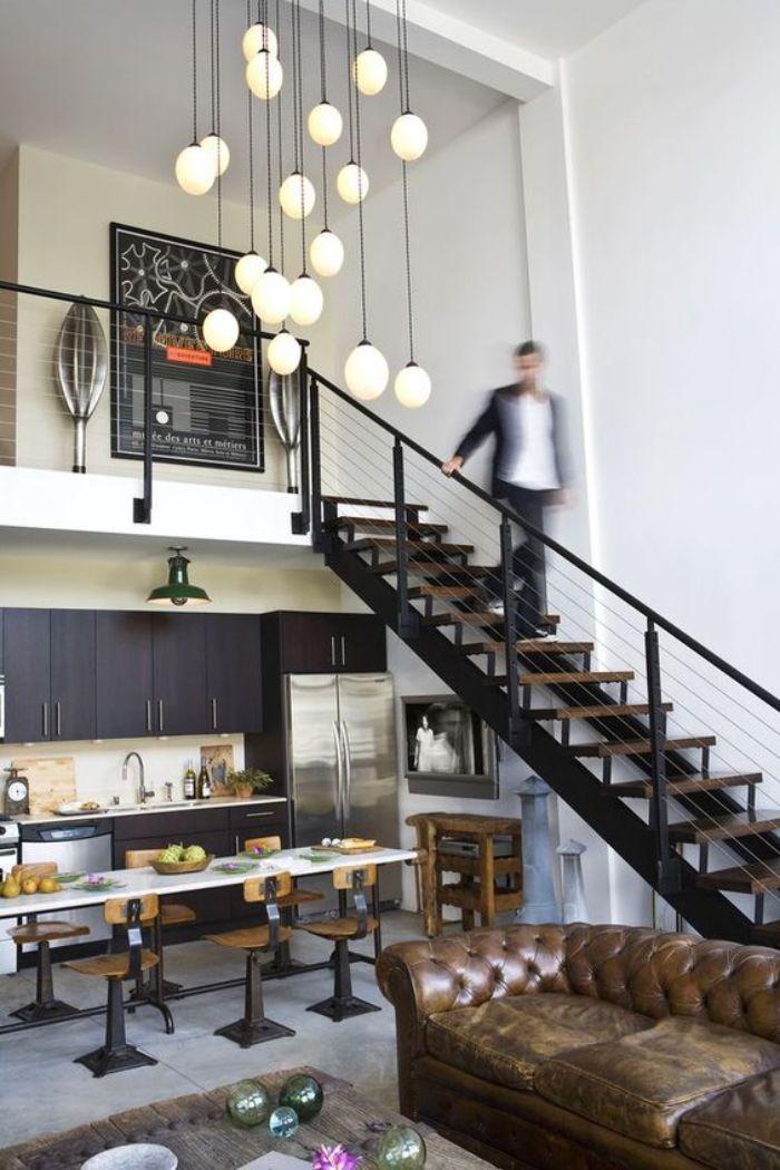 idee deco loft indstriel avec cuisine noire sous mezzanine aménagement sous escalier sans contremarche