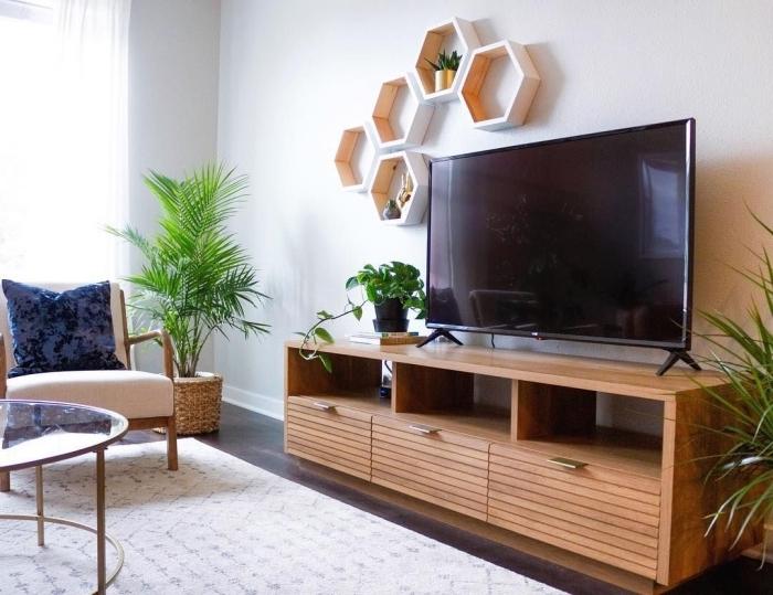 idee deco meuble tv rustique en bois rangement mural avec étagère forme hexagonale cache pot tressé