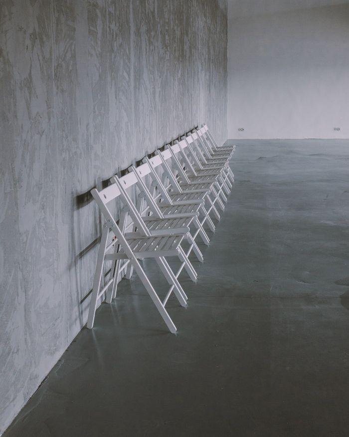 idee deco salon chaises blanches pliantes micro ciment murs blancs exemple design d interieur.jfif