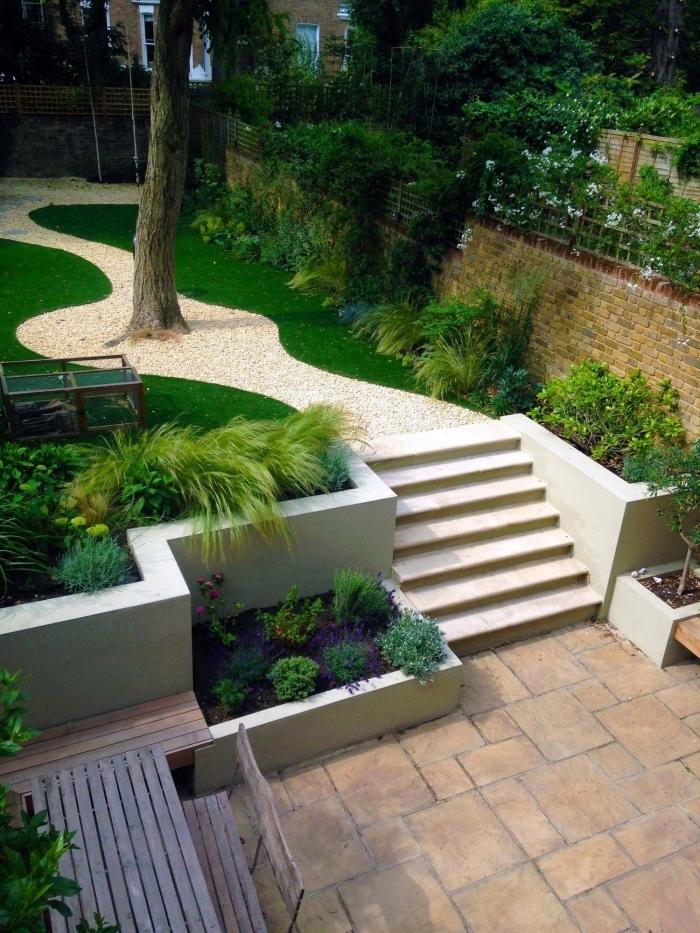idee jardin paysagiste zen galets blancs plantes vertes terrasse banquette et table en bois foncé