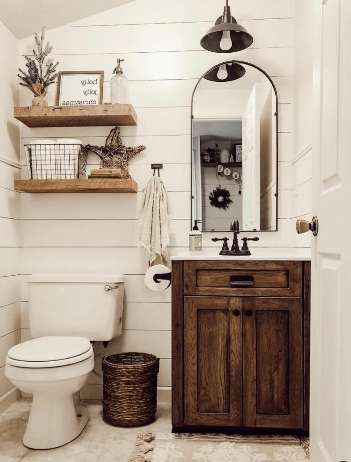 idee salle de bain bois rustique déco toilette étagère bois suspendue miroir cadre noir panneaux muraux