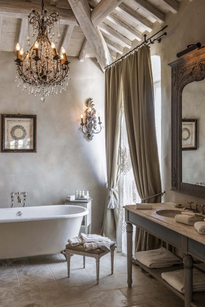 idee salle de bain bois style rustique plafond avec poutres baignoire sur pied cadre bois foncé