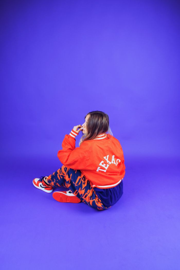 idee streetwear femm en orange et bleu avec des baskets orange blanchet noir nike.jpg