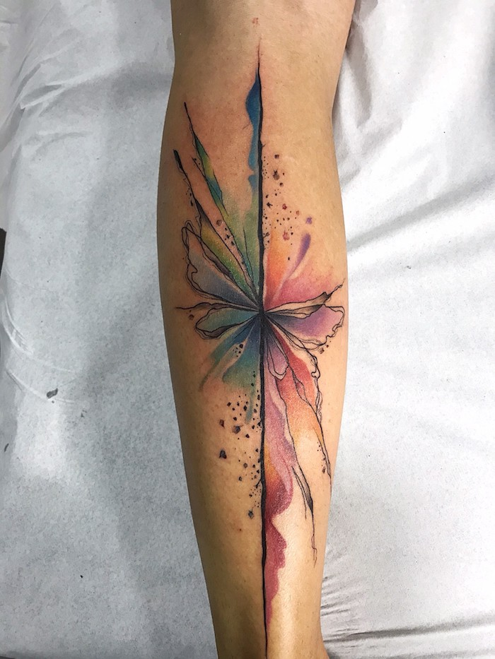 image abstrait avec des lignes et un style aquarel exemple de tatouage florale femme d avant bras