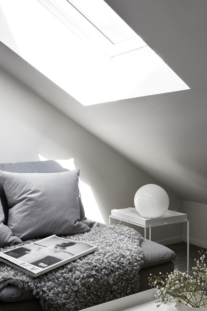 installation fenetre de toit lumière naturelle design intérieur aménagement de grenier canapé gris