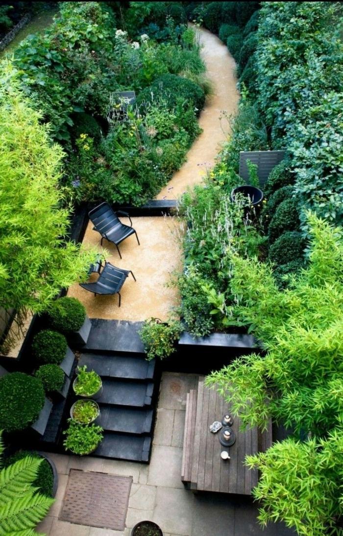 jardinage et aménagement paysager table a manger bois chaises noires extérieur haies arbres