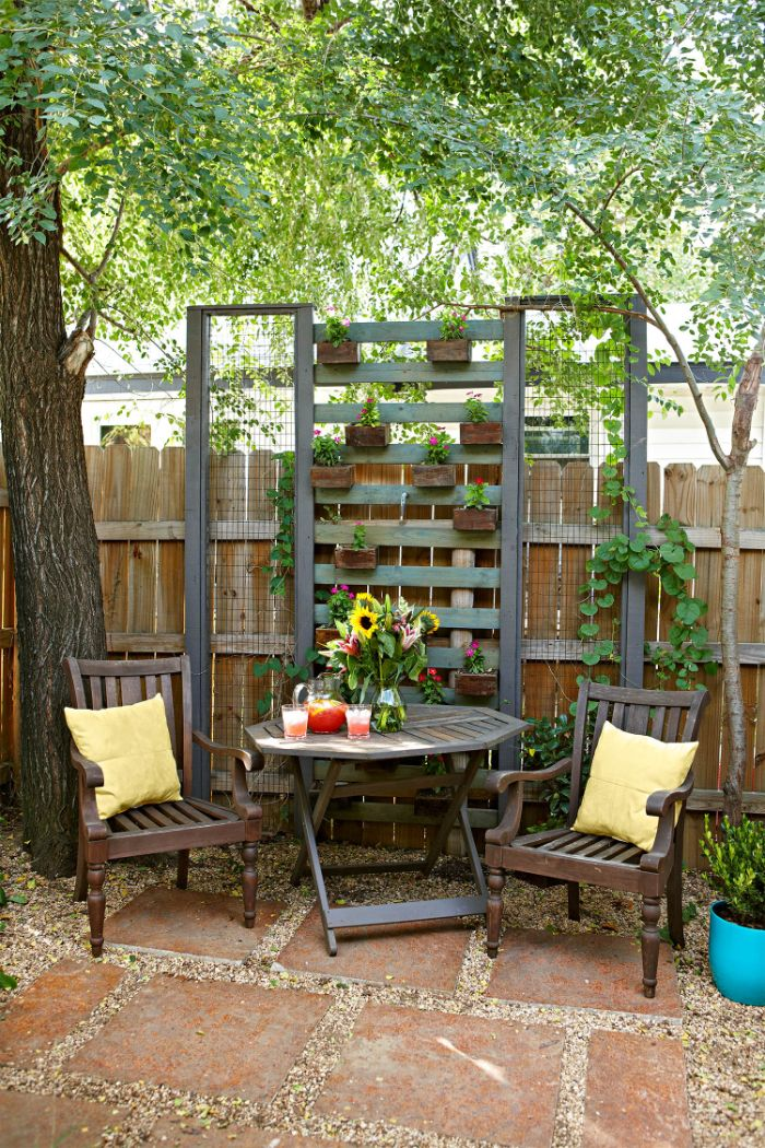 jardiniere brise vue en lattes de bois et vieux encadrements recyclés palissade bois chaises tablede jardin.jfif