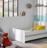 lit d enfant en bois couleur blanc murs blanc et bleu ciel avec petits stickers adhesifs