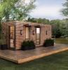 maison container dans le jardin avec pelouse verte dans la foret