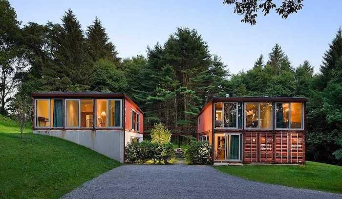 maison container stués sur une pelouse verte dans la foret