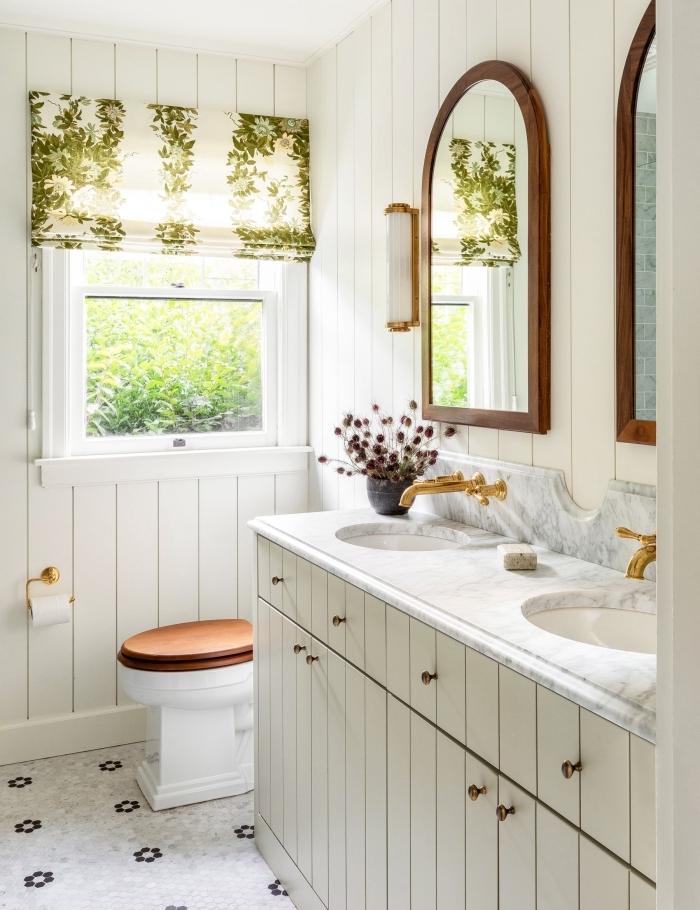 maison de campagne deco robinet or miroir bois foncé applique murale revetement panneaux bois blanc
