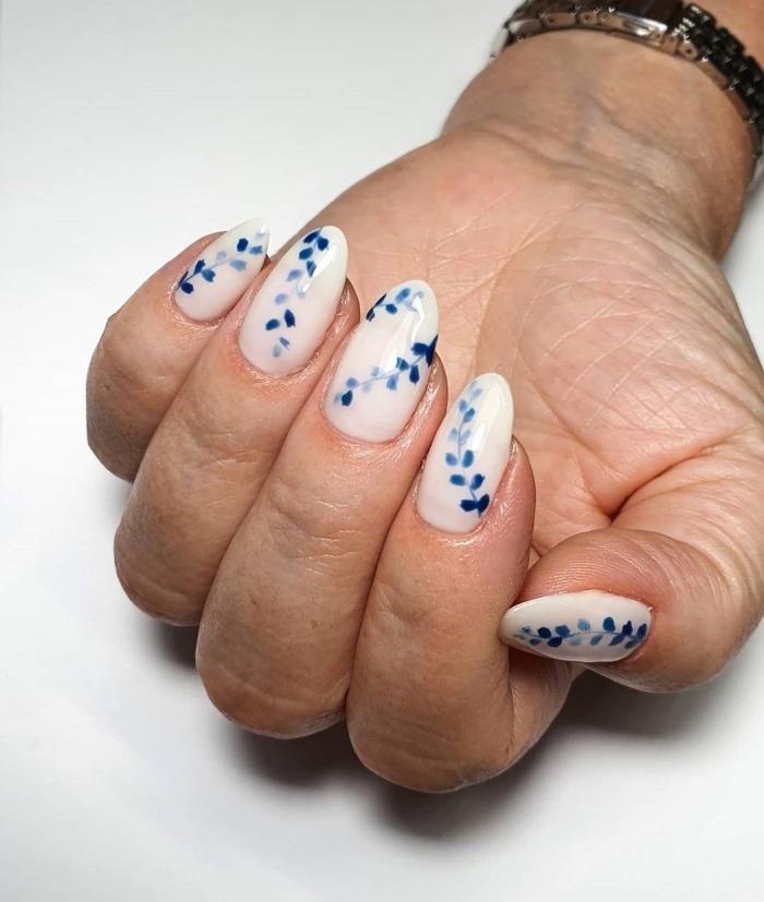 manucure gel vernis de base blanc dessin fleurs en bleu foncé ongles forme tendances 2021