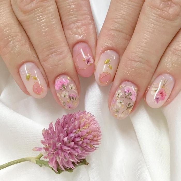 manucure nude vernis de base dessin fleur rose pastel vernis doré modele ongle printemps