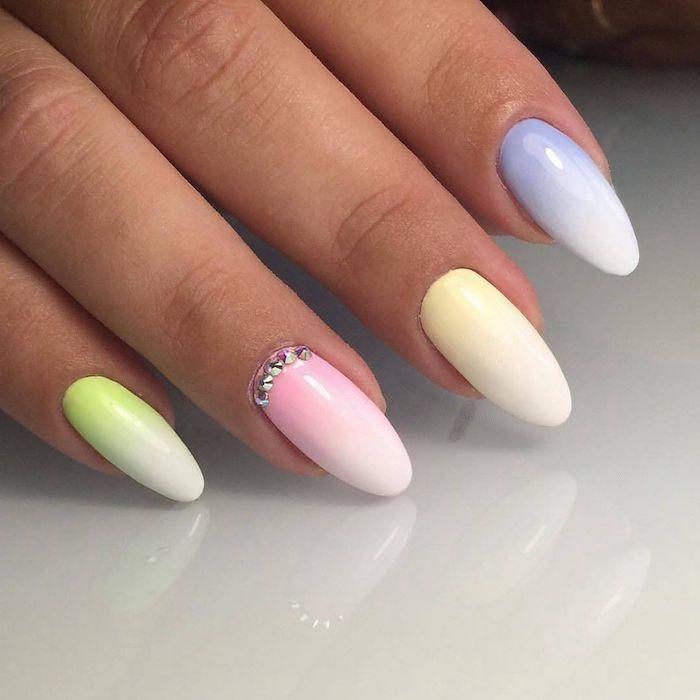 manucure ombré en couleurs différents ongle vert pastel combiné avec blanc rose et bleu