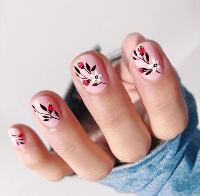 manucure ongles courts vernis de base rose pastel nail art facile technique maison dessin fleur