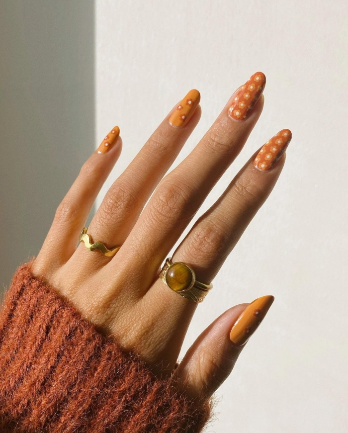 manucure ongles longs forme manucure tendance ongle fleur printemps vernis orange dessin simple