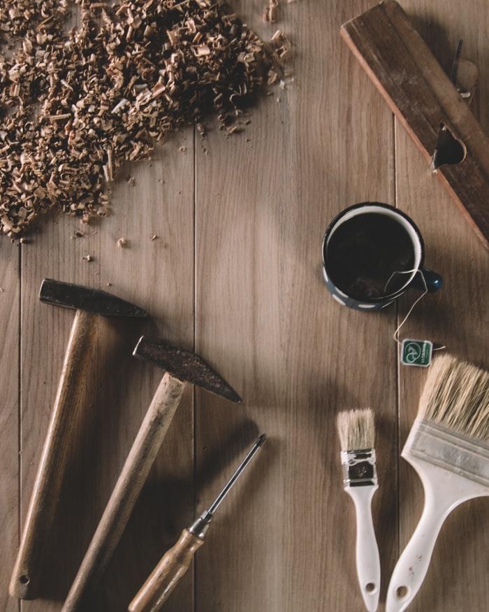 marteau avec pinceaux pour peindre la maison reparations tasse du the