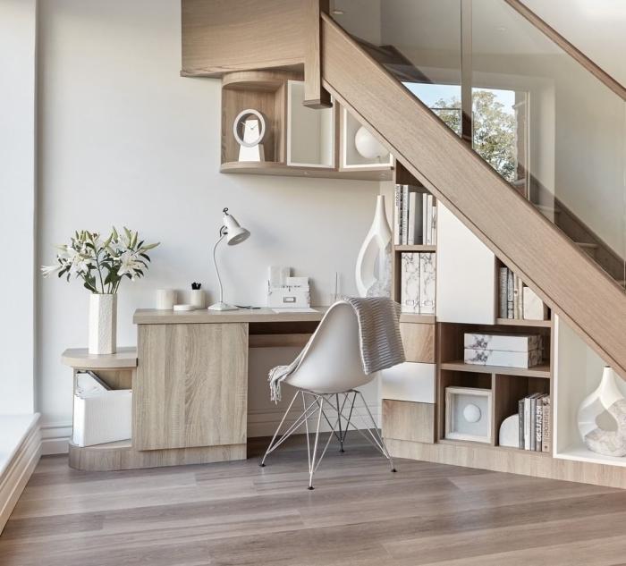 meuble bureau sous escalier bois clair style minimaliste déco vase blanc lampe bureau blanc mat