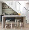 meuble cuisine gris anthracite et panneaux gris ilot central blanc avec tabourets blancs cuisine sous escalier kitchenette