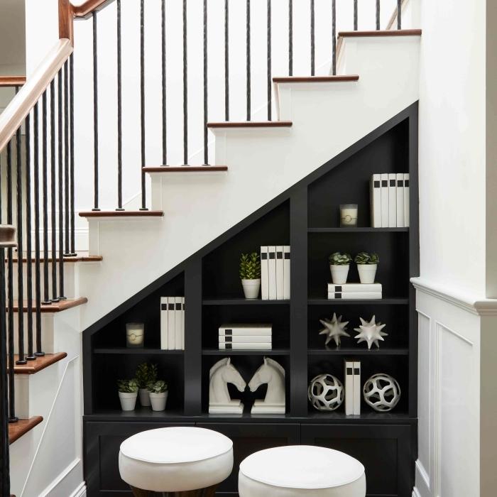meuble de rangement sous pente meuble sous mesure etagere sous escalier ouvert tabourets blancs