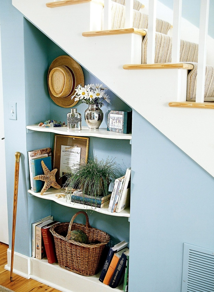 meuble rangement ouvert étagère blanche etagere sous escalier collection livre panier tressé chapeau